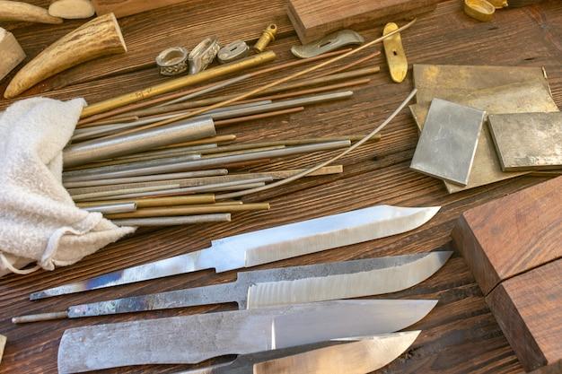 Lames de couteaux avec barres en bois, orignaux, élans, morceaux de corne de cerf