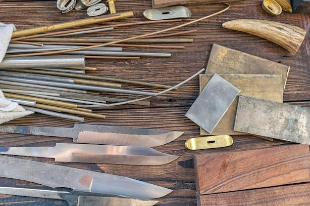 Lames de couteaux avec des matériaux de fabrication de couteaux