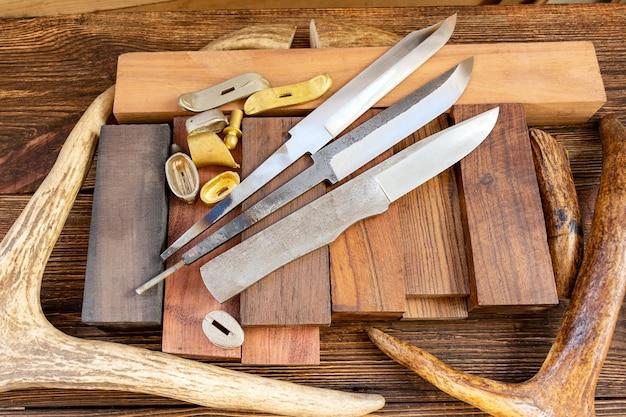 Lames avec des matériaux pour la fabrication de couteaux
