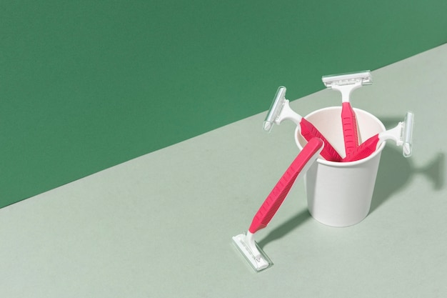Lames de rasoir rose dans une tasse