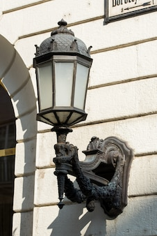 Lampadaire décoratif monté sur la façade du bâtiment