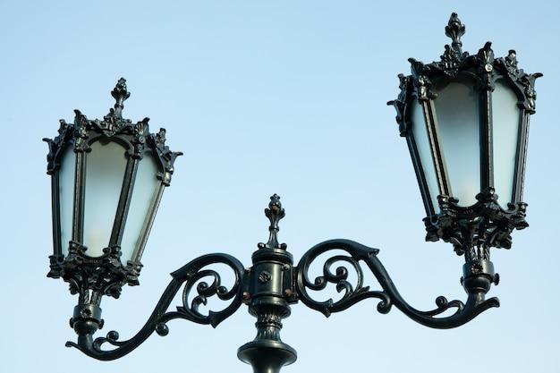 Lampadaire avec deux lanternes contre ciel clair