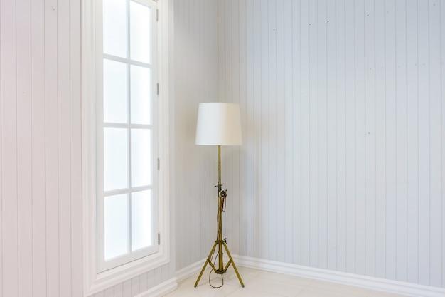 Lampadaire moderne dans la maison de luxe haut de gamme avec des murs blancs. intérieur scandinave