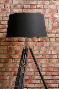 Un lampadaire sur mur de briques