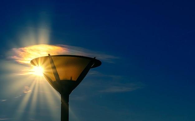 Lampadaire avec rayons de soleil en forme d'étoile