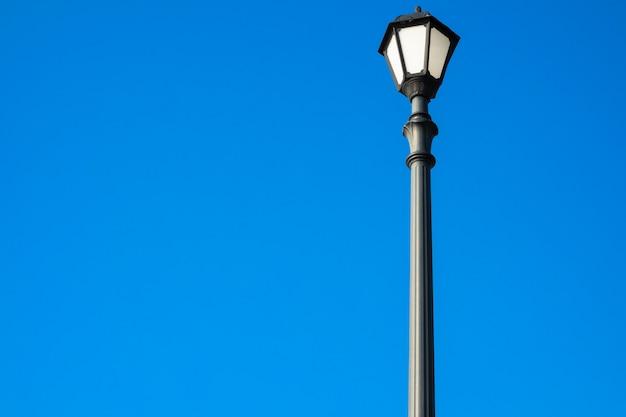 Lampadaire rétro sur fond bleu