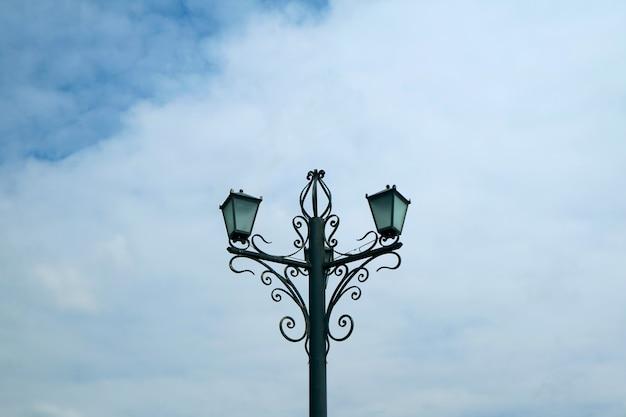Lampadaire vintage décoratif contre ciel nuageux