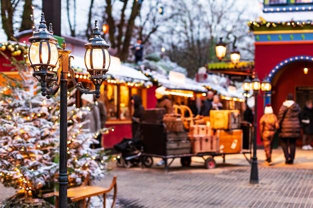 Lampadaire vintage sur la décoration de rue de noël