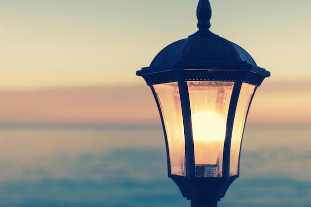 Lampadaire vintage sur le fond de la mer