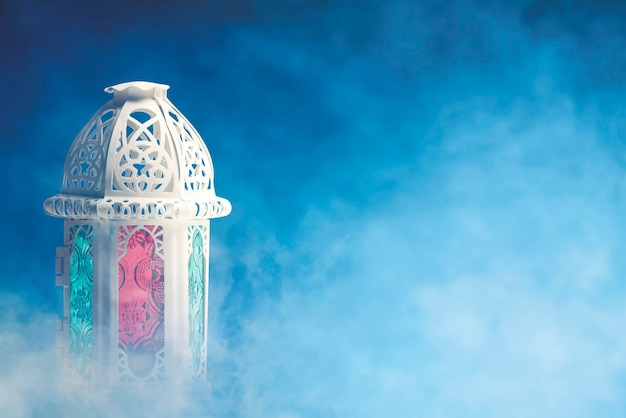 Lampe arabe avec une lumière colorée avec un fond coloré