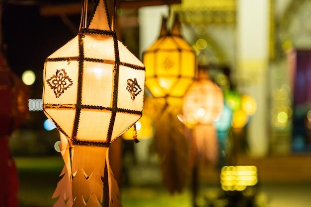 Lampe artisanale octogone suspendue à une corde devant l'église bouddhiste