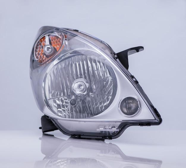 Lampe Automobile Avec Reflet Isolé Sur Fond Clair Photo Premium