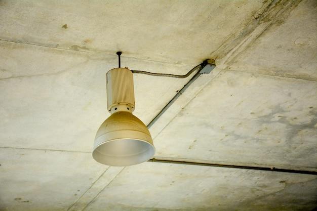 Lampe blanche vieille et sale