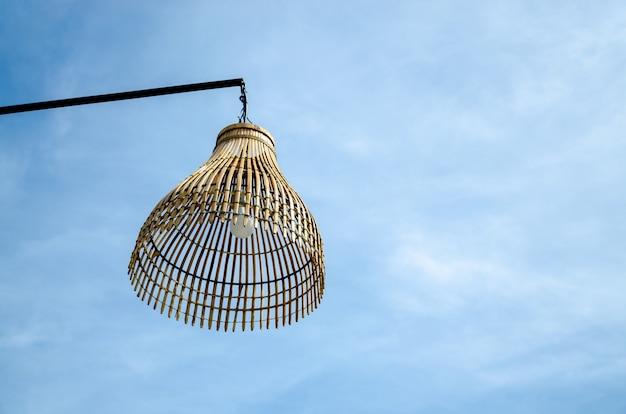 Lampe en bois en osier extérieure. asie artisanat traditionnel