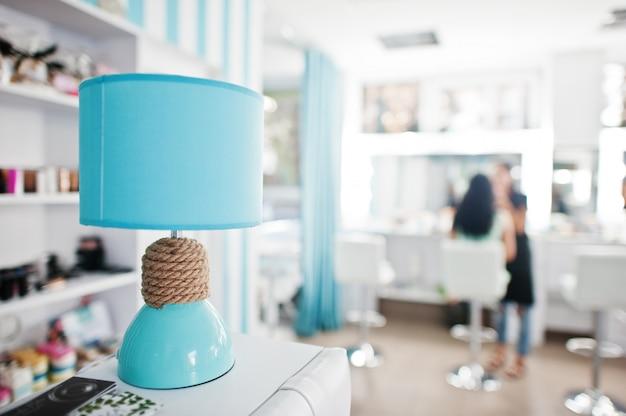 Lampe de bureau turquoise avec cordon de décor sur le studio de beauté.
