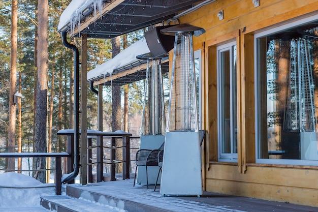 Lampe chauffante placée dans un café ouvert en hiver pendant la journée