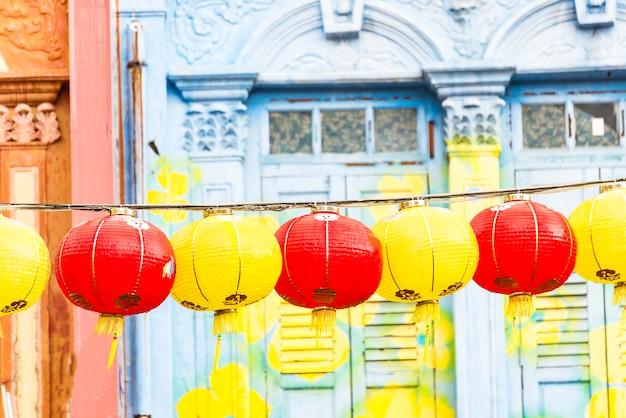 Lampe chinoise. lampes asiatiques colorées. lanterne chinoise traditionnelle en papier avec sky background.city