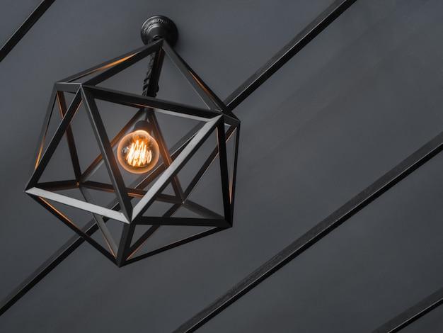 Lampe couleur sur fond noir et blanc