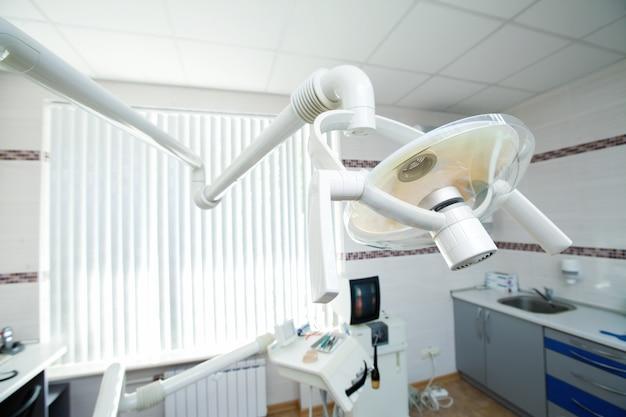 Lampe dans le bureau du dentiste