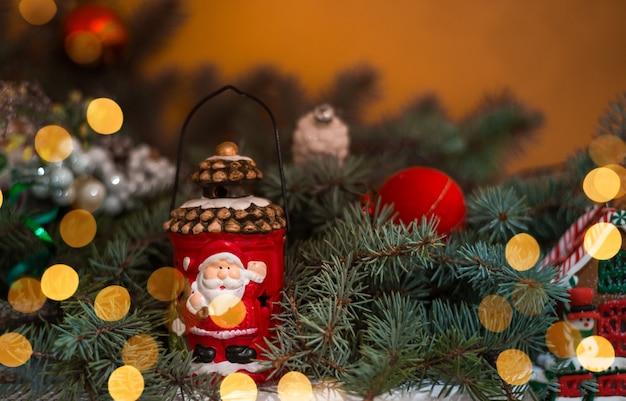 Lampe de décoration de noël sur le fond d'un arbre de noël