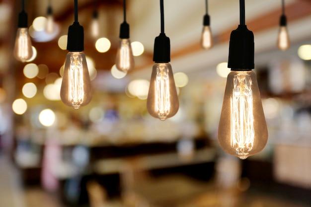 Lampe d'éclairage vintage dans le café du restaurant et ont un espace de copie pour concevoir dans votre travail.