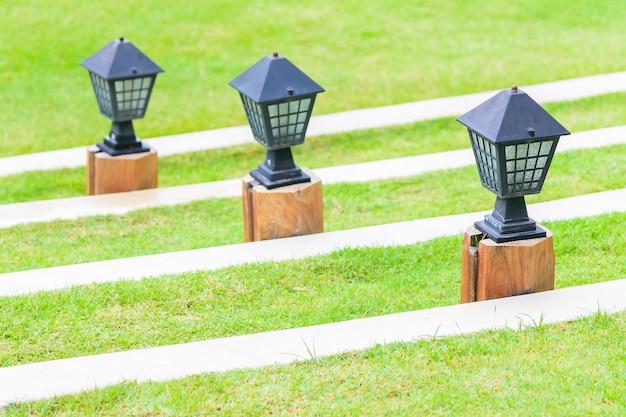 Lampe d'éclairage avec vue sur le jardin en plein air