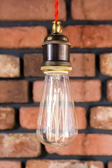 Lampe edison sur mur de briques