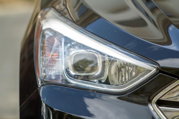 Lampe frontale d'une voiture.