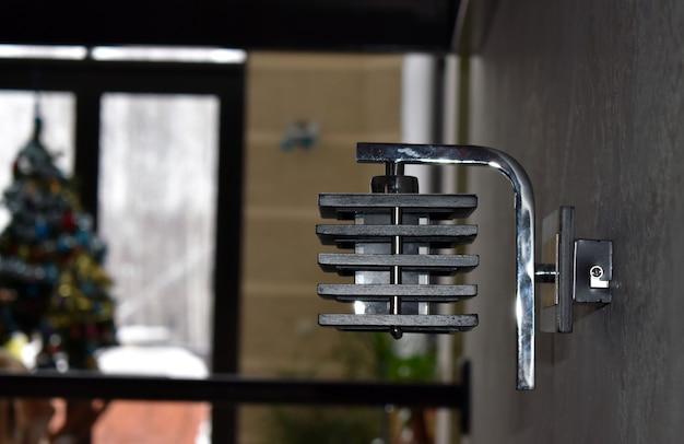 Une lampe gracieuse est accrochée au mur