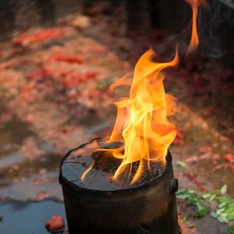 Lampe à huile brûlante dans un temple, xian, shaanxi, chine.