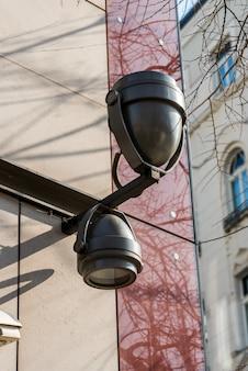 Lampe sur un immeuble