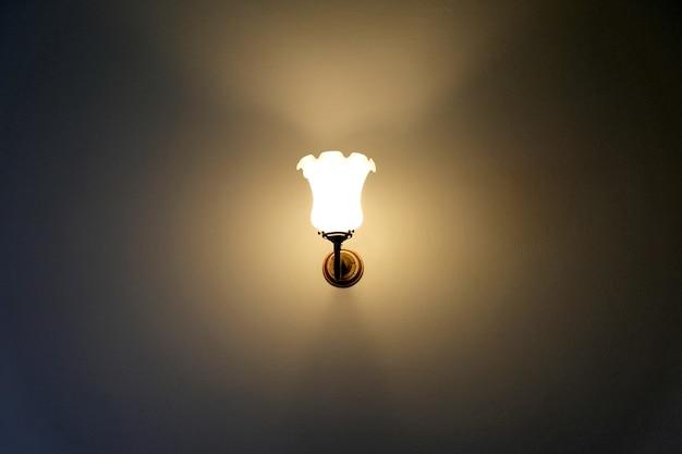 Lampe à incandescence dans la chambre