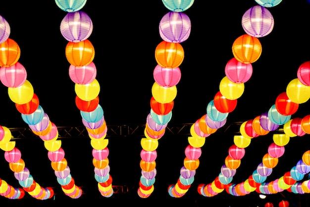 Lampe lanterne chinoise traditionnelle colorée sur fond sombre