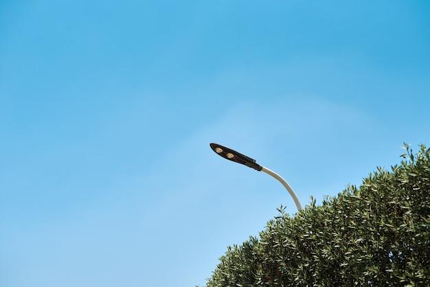 Lampe à led à économie d'énergie en réverbère contre le ciel bleu, close up