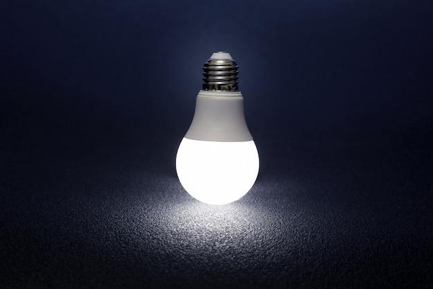 La lampe led moderne est tournée