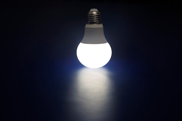 Lampe led rougeoyante sur un bleu foncé