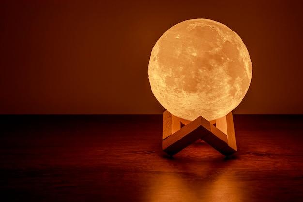 Lampe de lune sur la table