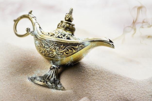 Lampe magique aladdin sur le sable