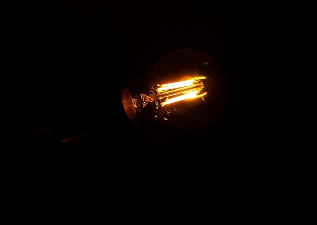 Une lampe moderne scintille dans un intérieur de style loft. belle idée de conception.