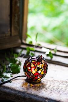 Lampe mosaïque à la fenêtre