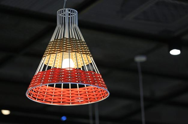 Lampe en osier suspendue au plafond. style thai.
