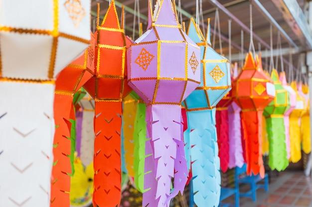 Une lampe en papier colorée ou une lampe en papier lanna a été présentée lors d'un festival traditionnel dans le nord de la thaïlande.