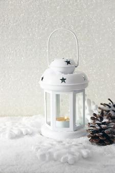 Lampe de poche blanche et décoration de noël sur fond clair
