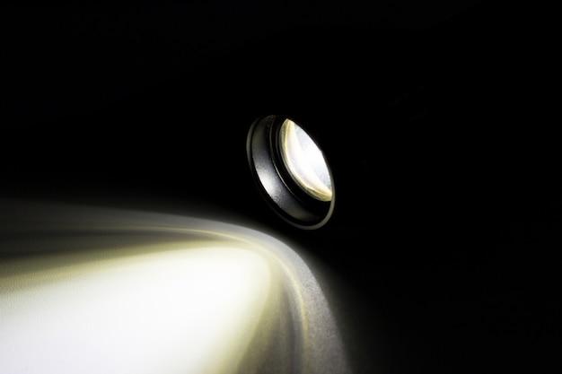 Lampe de poche led avec un faisceau lumineux la nuit