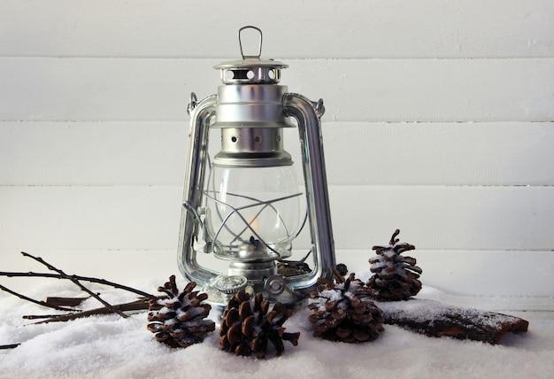 Lampe de poche en métal et décoration de noël sur fond clair