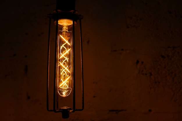 Lampe rétro en verre edison sur fond sombre.