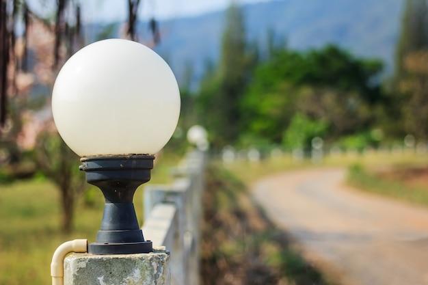 Lampe ronde en fond de route