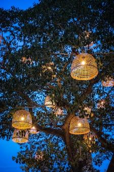 Lampe rustique de style thaïlandais faite avec un poulailler.