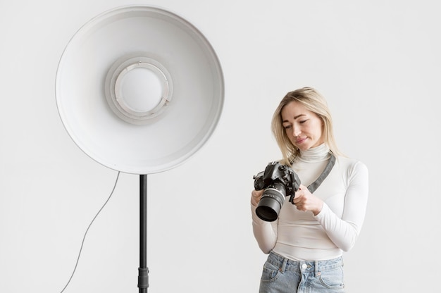 Lampe de studio et femme plan moyen
