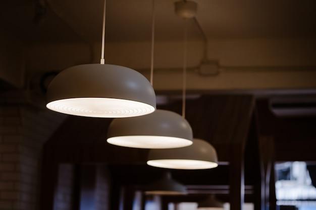 Une lampe de style nordique avec une suspension au plafond éclairant en or concept d'intérieur